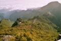 Gite du Pico Ruivo vu du sommet.<br>(Ce refuge est r�serv� aux habitant de l