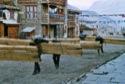 Transport des poutres pour la construction