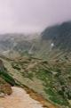 Le Batizovsk� pleso est cach� derri�re la bosse ... au bout chemin.  (Hautes Tatras)
